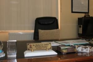Muharrem Erbeys tomma stol. Lägg märke till souveniren från Stockholm nere till vänster.